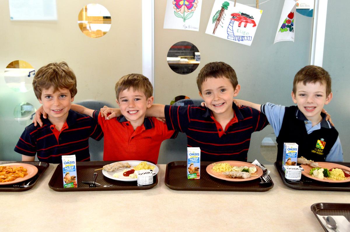 Élèves du primaire à la cafétériat du Collège Saint-Bernard