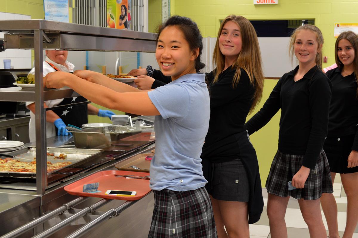 Élèves du secondaire à la cafétériat du Collège Saint-Bernard