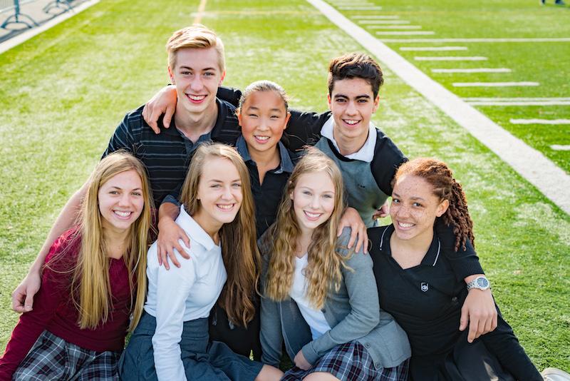 Un groupe d'élèves sur le sur terrain de football.