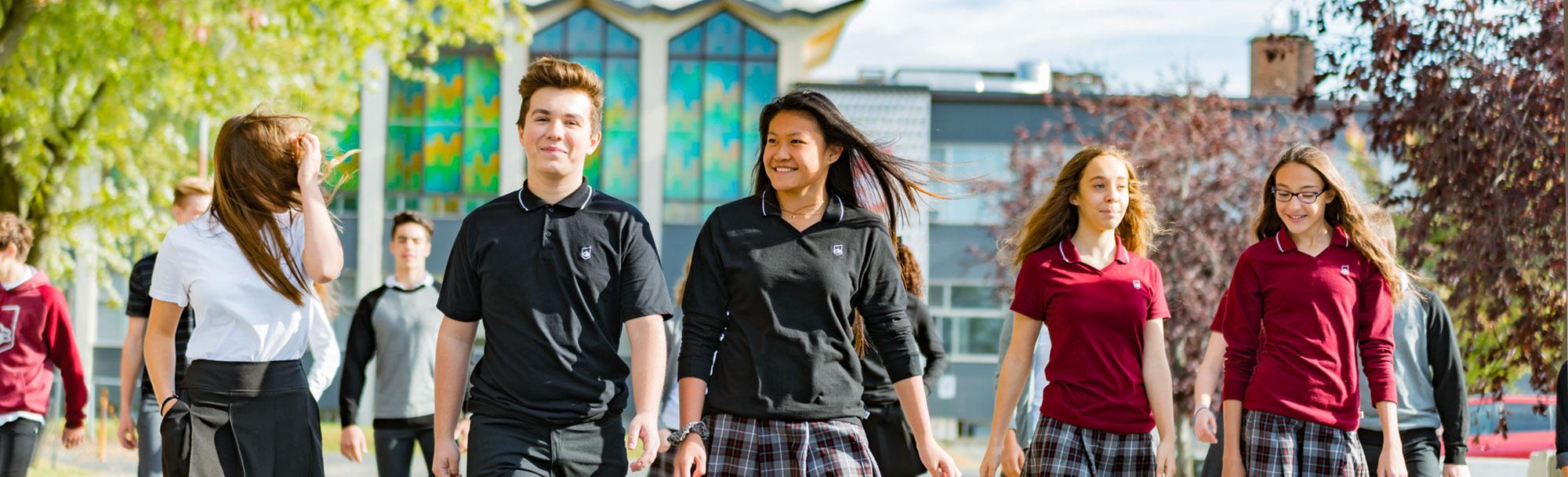 Collège Saint-Bernard - élèves à l'extérieur